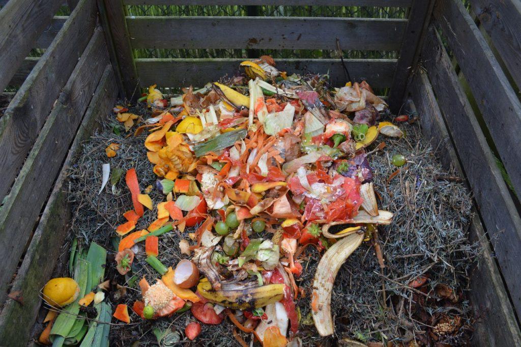 Подготовка почвы для посадки трав в саду компост компостная куча пищевые отходы